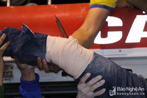 Cổ động viên Thanh Hóa bị thanh sắt đâm thấu chân trên sân Vinh