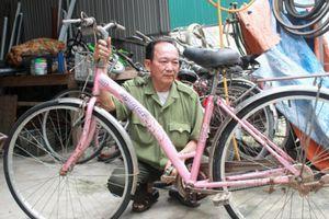 Cựu binh dành tiền lắp xe đạp tặng học sinh nghèo