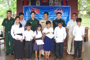Trao học bổng cho học sinh nghèo Campuchia