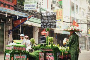Anh đẩy xe bán trái cây 'xanh toàn tập', miễn phí wifi độc nhất Sài Gòn