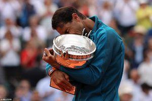 Rafael Nadal rơi nước mắt khi nâng chiếc cúp Roland Garros lần thứ 11