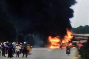 Xe chở gỗ dăm bốc cháy sau tai nạn, 3 người bị thương