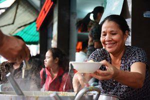 Súp cua cô Bông 20 năm ở Sài Gòn lúc nào cũng đông nghẹt khách