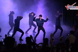 Noo Phước Thịnh quẩy tưng bừng 'Hold me tonight' với fans tại Hà Nội
