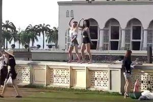 Nhảy nhót trước đền thờ Hồi giáo Malaysia, du khách Trung Quốc bị trục xuất