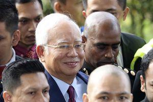 Cựu thủ tướng Malaysia bị cáo buộc 4 tội, mỉm cười khi tới tòa
