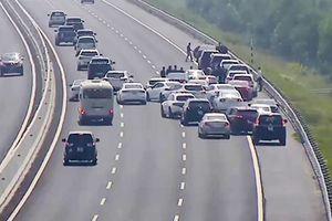 Hành vi cản trở giao thông: Từ 'thông cảm' đến hiểm họa