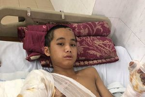 Bố mất, mẹ bỏ đi, cậu bé 17 tuổi bị điện giật mất cánh tay sống lay lắt với 5 em nhỏ