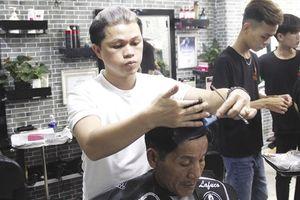 Chàng trai 8x hớt tóc miễn phí cho người nghèo ở phố Hội An
