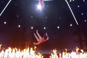 Chồng tuột tay, nữ nghệ sĩ rơi xuống sân khấu đang bốc lửa