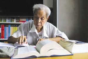 Ông cụ 'U80' miệt mài học tiếng Anh suốt 25 năm