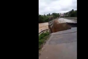 Clip: Bất lực nhìn mưa lũ 'nuốt chửng' đường bê tông, bẻ gãy mố cầu ở Phú Thọ