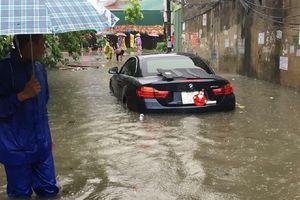 Clip: Mưa lớn gây ngập nhiều phố Hà Nội, ô tô 'bập bềnh' trên nước