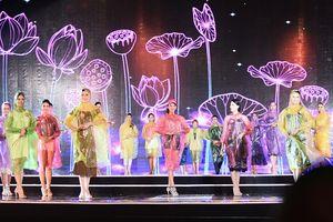 Dàn người đẹp mặc áo mưa tổng duyệt hoa hậu