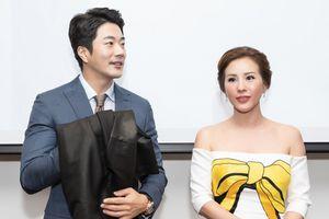 Hoa hậu Thu Hoài tặng áo dài Lãnh Mỹ A cho Kwon Sang Woo
