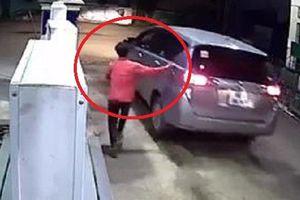 Clip: Tài xế ô tô quỵt tiền đổ xăng lúc 4h sáng ở Bình Dương