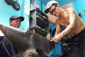Cặp vợ chồng 'giữ lửa' nghề rèn ở Sài Gòn