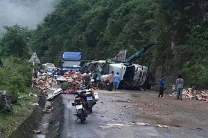 Xe tải mất lái đâm vào vách núi, tài xế nguy kịch