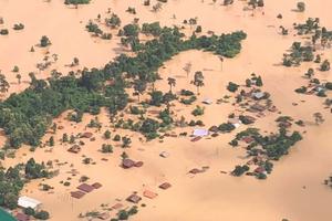 Thăm, tặng quà cho các gia đình người Việt bị thiệt hại tại 4 tỉnh Nam Lào