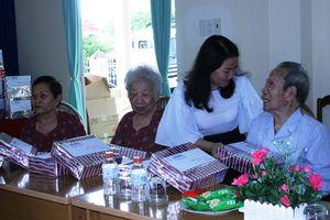 Tặng quà cho 36 Bà mẹ Việt Nam anh hùng và 12 dưỡng lão viên