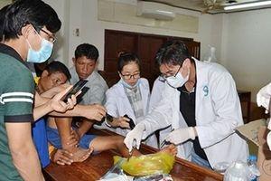 Bác sĩ Việt trắng đêm mổ cấp cứu giúp người dân Lào ở Attapeu