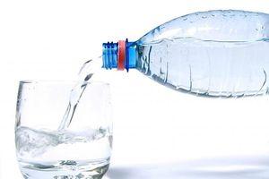 Hạt nhựa trong nước đóng chai có tốt?