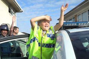 Gọi cảnh sát đến chúc mừng sinh nhật, cậu bé 5 tuổi nhận bất ngờ