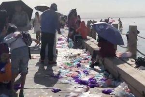 Hồ muối nổi tiếng Trung Quốc lâm nguy vì rác thải nhựa du khách bỏ lại
