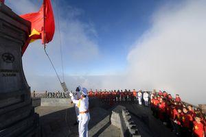 Ngắm cờ tổ quốc tung bay trên đỉnh Fansipan hùng vỹ