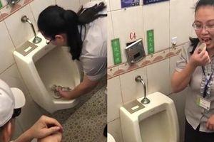 Chứng minh WC siêu sạch, công ty bắt nhân viên ăn đồ chứa trong bồn tiểu
