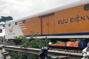 Tàu hỏa đâm nát ô tô chở 4 người băng qua đường