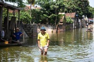 Khám sàng lọc sức khỏe cho người dân vùng ngập lụt ở Chương Mỹ