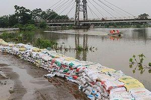 Mực nước sông Bùi đang rút, đê tả Bùi qua giai đoạn nguy hiểm