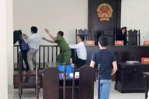 Đánh kiểm sát viên ngay tại tòa, 2 anh em ruột bị khởi tố