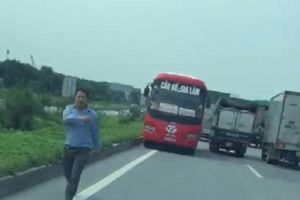 Xe khách Bắc Giang ngang nhiên chạy ngược chiều trên quốc lộ
