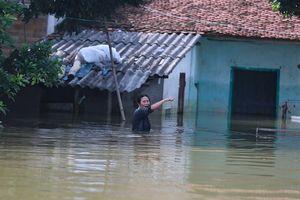 Người dân Hà Nội chống chọi với lũ ít nhất 1 tháng nữa