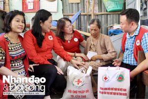 Tặng nhà Chữ thập đỏ và thăm người già neo đơn tại Cần Thơ