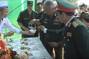 Đại tướng Nga ăn thử nem do chiến sĩ Việt Nam làm