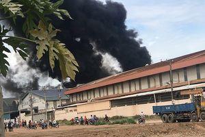 Kho xưởng cháy dữ dội, nhiều công nhân tháo chạy