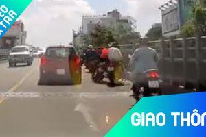 Xe máy đâm thẳng vào ôtô vì dừng đột ngột trên cầu vượt