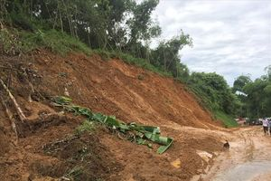 Sạt lở nghiêm trọng ở Hòa Bình: Thêm nhiều hộ dân có nguy cơ mất nhà