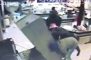 Nam Phi: Cướp ngang nhiên vào siêu thị đông người khuân cây ATM đi