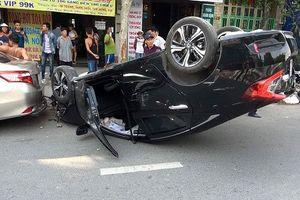 Giải cứu 2 người trong ôtô 'diễn xiếc' trên phố giờ cao điểm