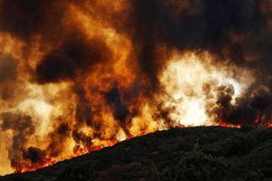 Thời tiết khô nóng, cháy rừng ở California càng kinh hoàng hơn