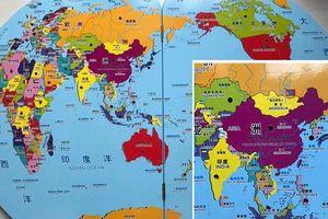 Tạm giữ 30 thùng đồ chơi giáo dục có bản đồ 'đường lưỡi bò'