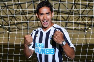 Tiền đạo Nhật Bản chính thức gia nhập Newcastle