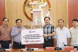 Đại biểu Quốc hội TP Hà Nội thăm hỏi, tặng quà nhân dân vùng bị ngập úng huyện Chương Mỹ