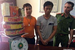 2 thanh niên vứt túi xách chứa 9 kg pháo nổ rồi bỏ chạy