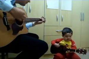 Màn biểu diễn đàn hát của ông bố trẻ và con trai khiến dân mạng lịm tim