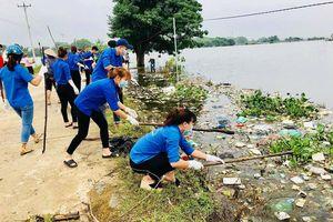 'Rốn lũ' Quốc Oai: Huy động gần 300 người dọn rác, phòng chống bệnh lan thành dịch